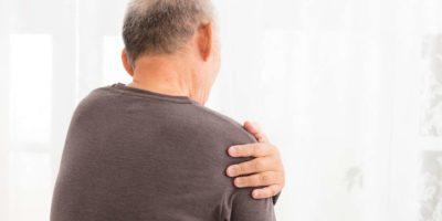älterer Mann, der unter Schulterschmerzen leidet