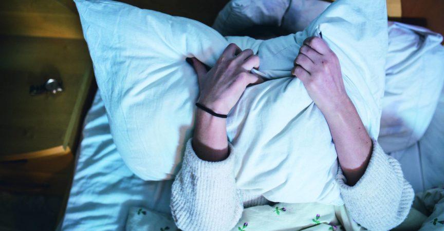 Porträt einer depressiven Frau im Bett