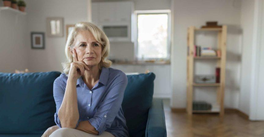 Traurige ältere Frau