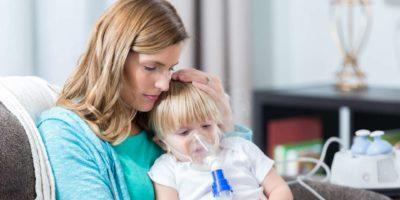 Junges Mädchen mit Mukoviszidose erhält Atembehandlung