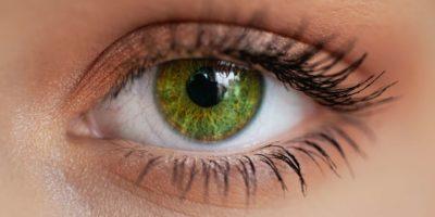 Close-up eines grünen Auges mit dezentem Makeup.