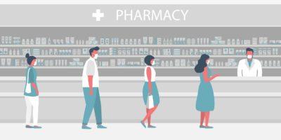 Menschen in medizinischen Masken in der Apotheke. Der Apotheker steht mit Medikamenten in der Nähe der Regale. Besucher halten Abstand