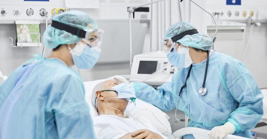Ärztin im Gespräch mit Patient entlang Mitarbeiter