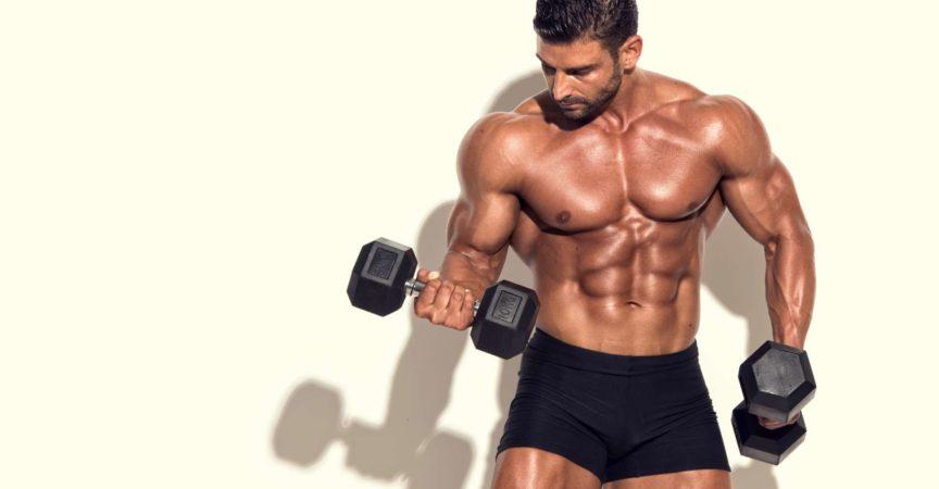 Hübsche muskulöse Männer Übung mit Gewichten