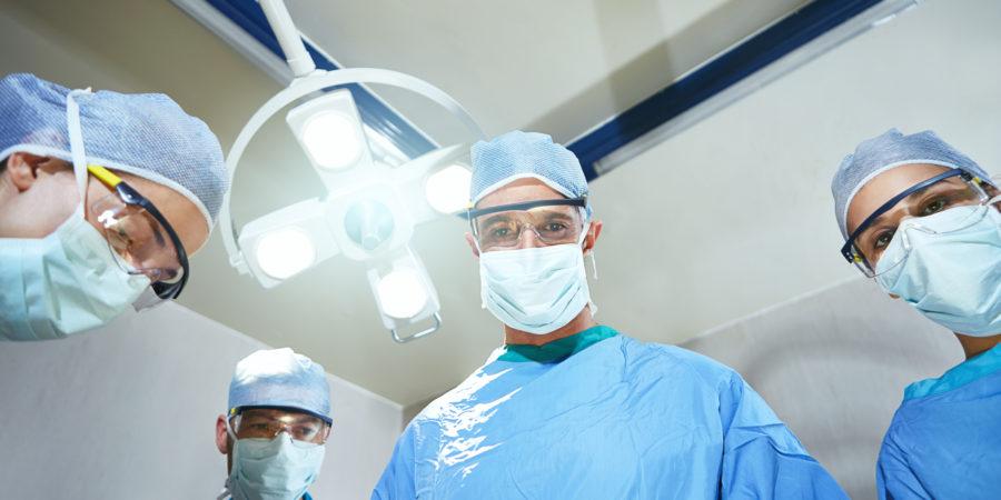 Low Angle Shot von Chirurgen in einem Operationssaal