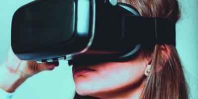 Junge Frau mit Virtual-Reality-Brille; Studioaufnahme, isoliert auf Weiß