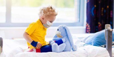 Kleiner Junge im Krankenzimmer. Virus Ausbruch.