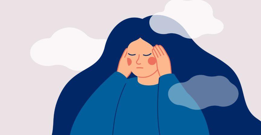 Die traurige Frau berührt ihre Schläfen mit den Händen und leidet unter Kopfschmerzen.