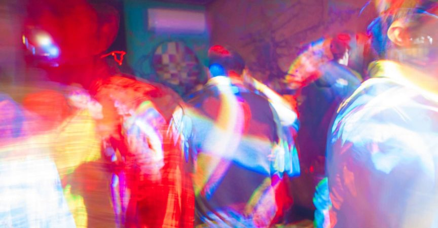 Tanzfläche voller Farbe mit Partygästen in Trance