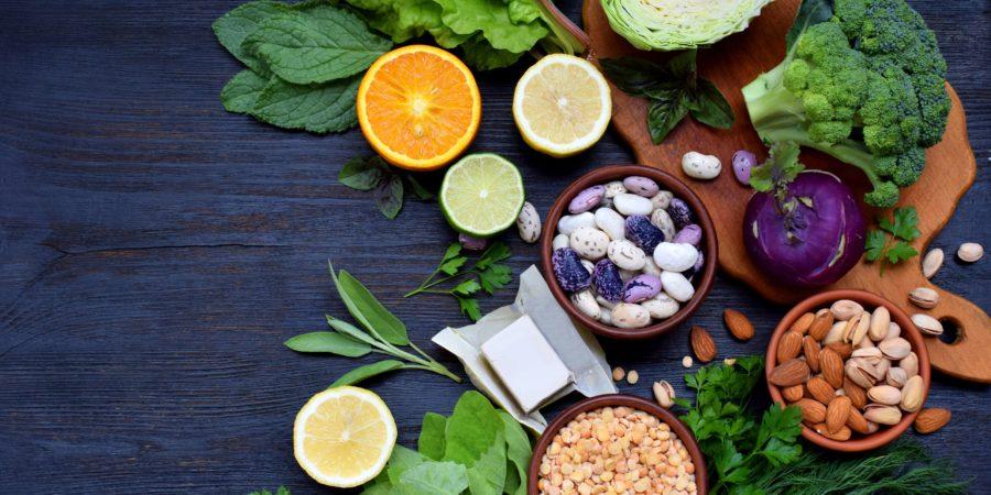 Zusammensetzung von Folsäure, Vitamin B9 & # 8211; grünes Blattgemüse, Zitrusfrüchte, Bohnen, Erbsen, Nüsse, Hefe. Draufsicht. Flach liegen