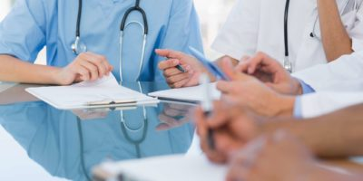 Mittelteil junge Gruppe in einem Treffen im Krankenhaus
