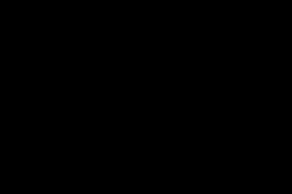 Strichmännchen jagt laufenden COVID-19-Virus mit Desinfektionsspray. Vektor-Cartoon-Zeichnung.