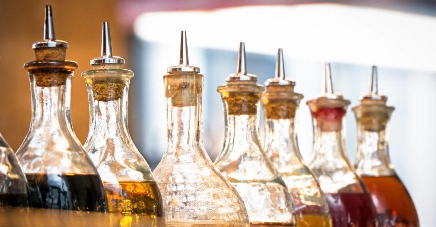 Flaschen mit Öl in einem Restaurant in Italien (in der Nähe von Rom)