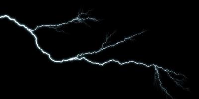 Nahaufnahme des blitzdurchdringenden Nachthimmels, lokalisiert auf schwarzem Hintergrund