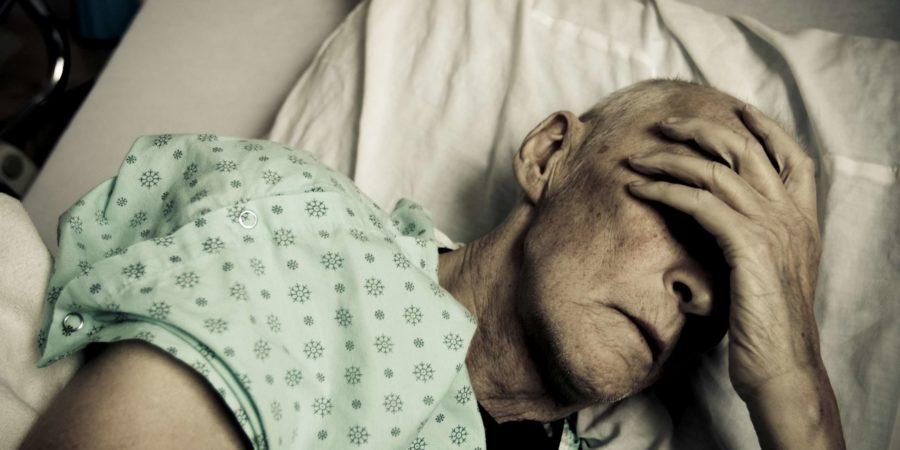 Alter Mann liegt im Bett