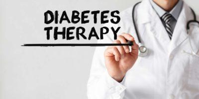 Doktor, der Wortdiabetestherapie mit Marker, medizinisches Konzept schreibt