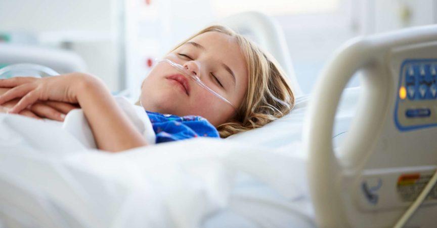 Friedliches und entspanntes junges Mädchen, das auf der Intensivstation schläft