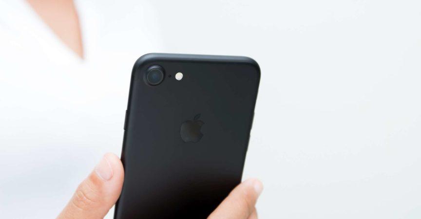 Nahaufnahme Frau Hand hält iPhone 7 zeigt Kamera zurück