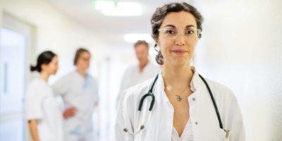 Erfahrene reife Ärztin im Krankenhaus