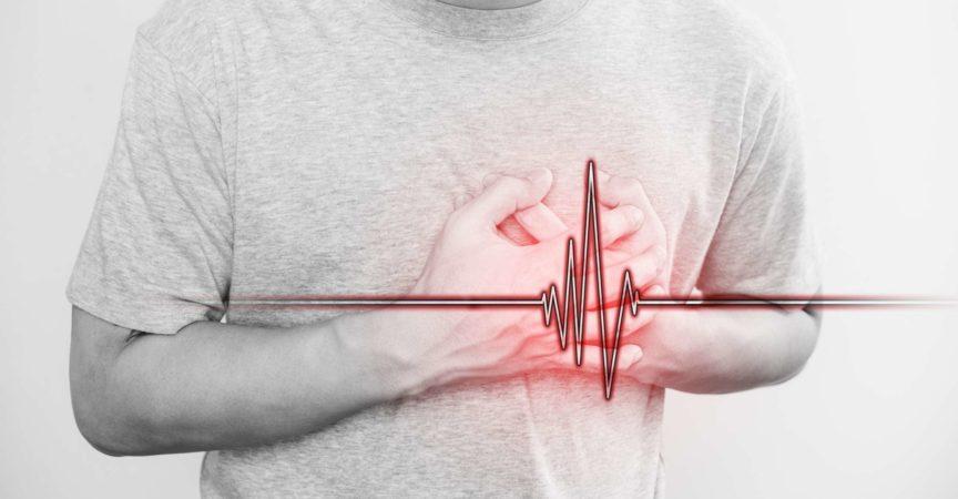 ein Mann, der sein Herz berührt, mit Herzpulszeichen, Konzept des Herzinfarkts und anderen Herzkrankheiten