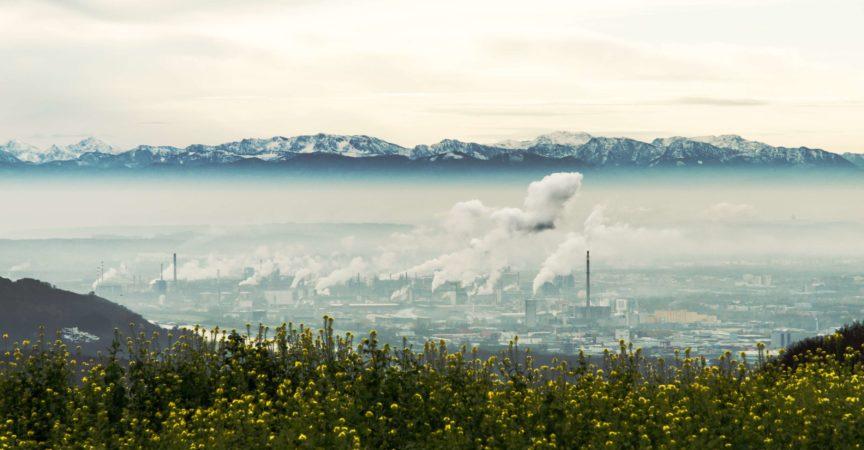 Stadtbild von Linz, Hauptstadt von Oberösterreich. Chemiefabriken der VOEST Alpinen und Österreichischen Zentralalpen sichtbar.