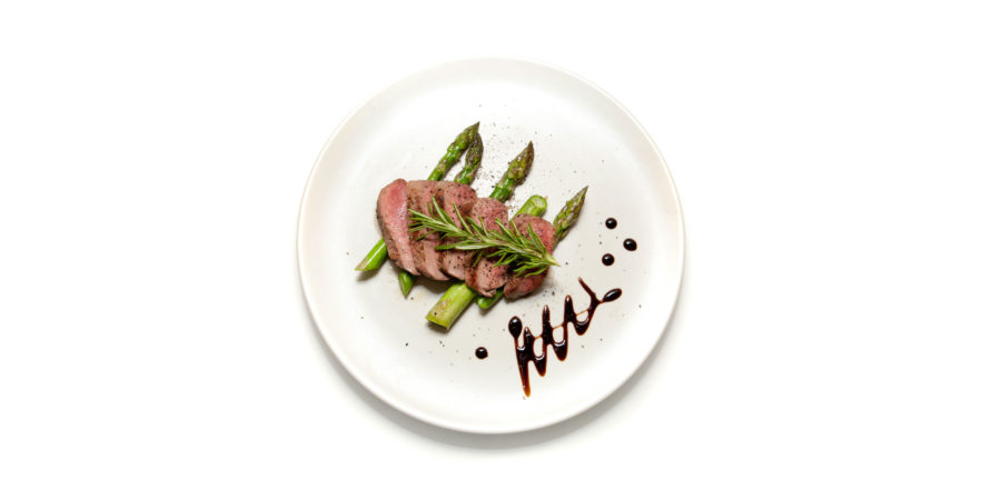 Steak und Spargel auf Teller