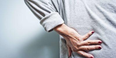Ältere Frau mit Rückenschmerzen