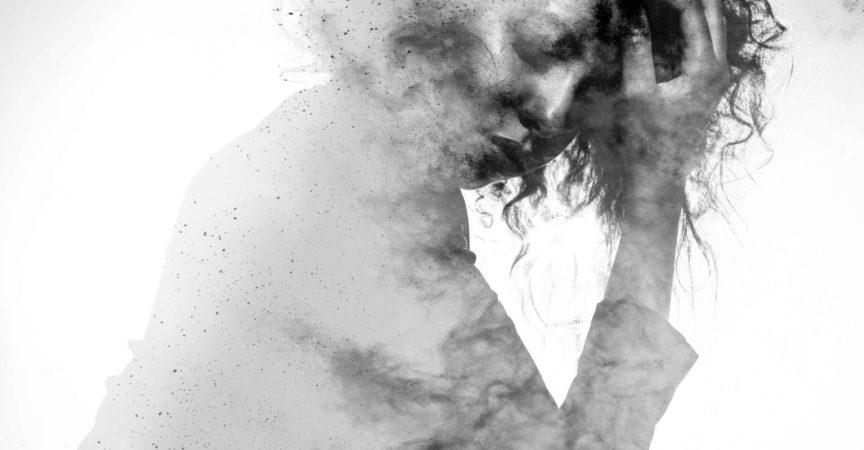 Subtile Frauenform in einer unglücklichen Pose, doppelt belichtet mit einem monochromen Farbspritzer-Fotoeffekt