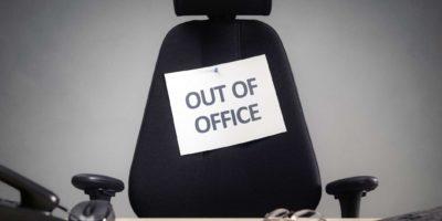 Businessstuhl mit Out-of-Office-Zeichenkonzept für Urlaub, Urlaub, Mittagspause oder Work-Life-Balance