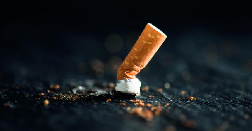 Zigarettenstummel auf abstraktem Hintergrund.