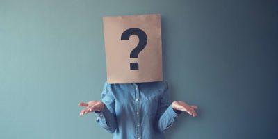 Frau hat verwirrt, Denken, Fragezeichen-Symbol auf Papiertüte, Kopienraum.