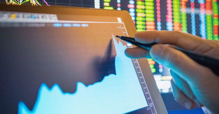 Geschäftsmannanalyse Aktiendiagramm in der Krise Covid-19 für Investitionen in den Aktienmarkt und Finanzgeschäftsplanung selektive Aktien für Börsencrash und Finanzkrise