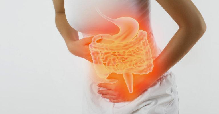 Frau, die Bauch berührt