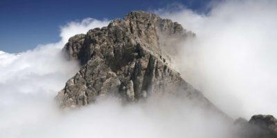 Mytikas - der höchste Gipfel des griechischen Olymps, umgeben von Wolken.
