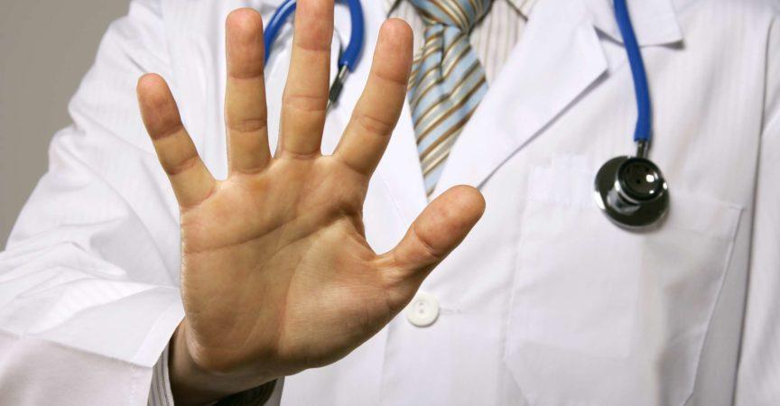 Doktor, der seine Handfläche zeigt.