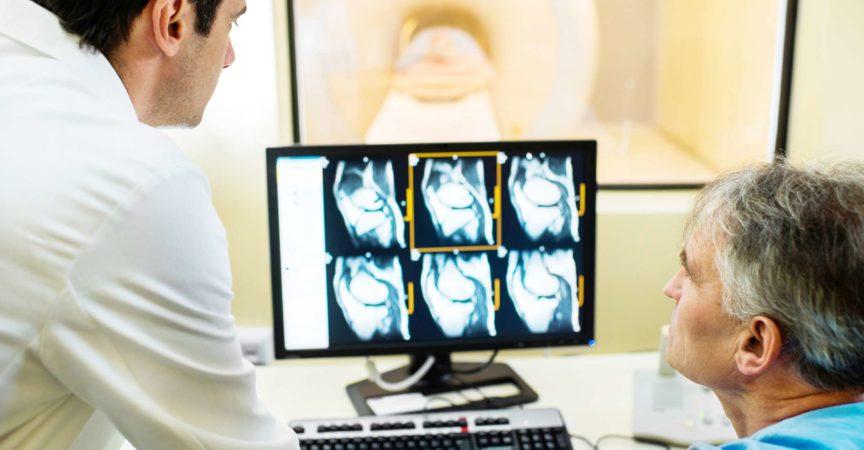 Ärzte betrachten Röntgenbilder auf dem Computermonitor.