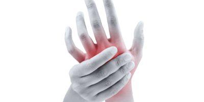 Frau massiert ihre schmerzende Hand auf weißem Hintergrund