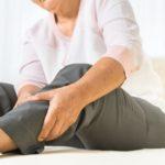 Beinschmerzen der älteren Frau zu Hause, Gesundheitsproblem des Seniorenkonzepts
