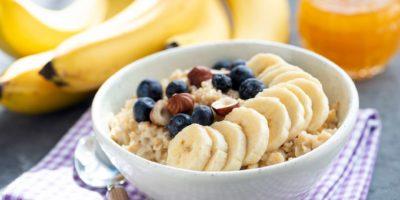Gesunde Frühstücks-Haferflockenschüssel mit Früchten und Nüssen