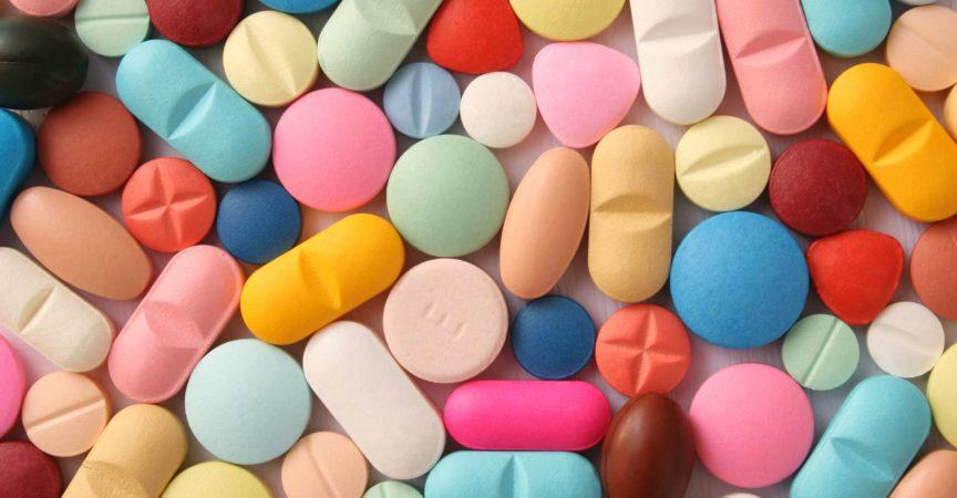 Full-Frame-Aufnahme von Pillen über Weiß