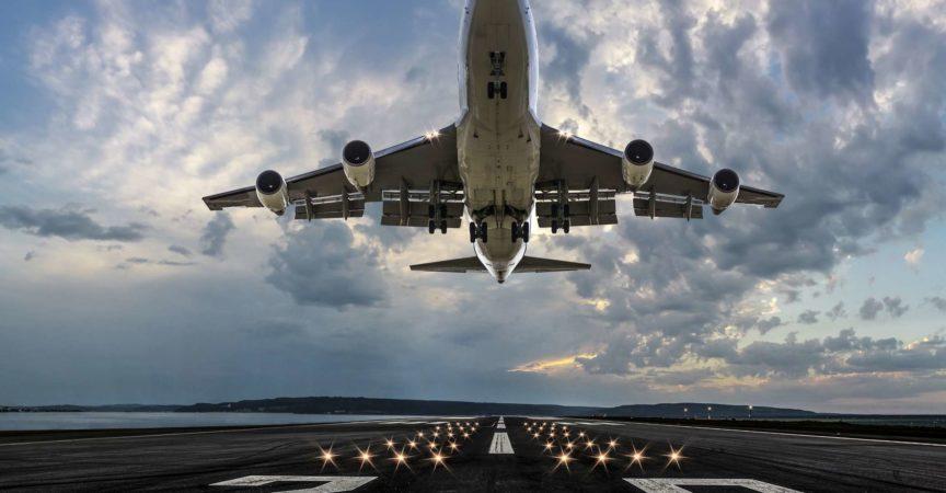 Passagierflugzeug startet bei Sonnenuntergang