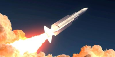 Militärraketenstart in den Feuerwolken. 3D-Abbildung.