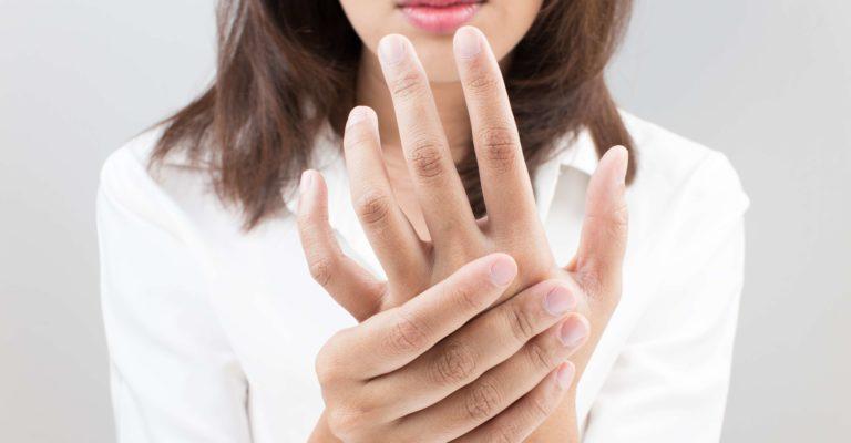 Akuter Schmerz im Handgelenk einer Frau