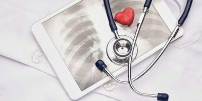 Stethoskop und digitales Röntgenbild mit Spielzeugherz