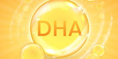 DHA aus Omega-3-Fettsäure-Ergänzung, glänzende Öl-Vitaminkapsel. Designvorlage für Fischöltröpfchen für Werbung oder Branding. Realistische Vektorillustration der goldenen Essenzblase