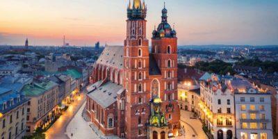 Krakau, Polen. Luftaufnahme der beleuchteten Marienbasilika (Bazylika Mariacka) bei Sonnenaufgang