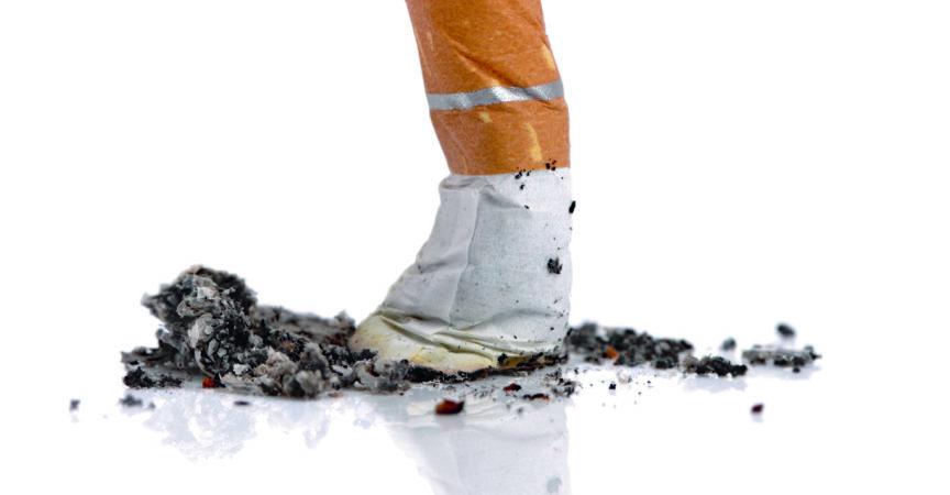 Erloschene Zigarettenkippe isoliert auf weißem Hintergrund