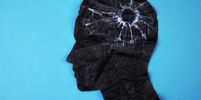 Symbol für Gehirnstörung, das von einem menschlichen Kopf aus Formpapier dargestellt wird. Kreative Idee für Alzheimer, Demenz, Gedächtnisverlust und psychische