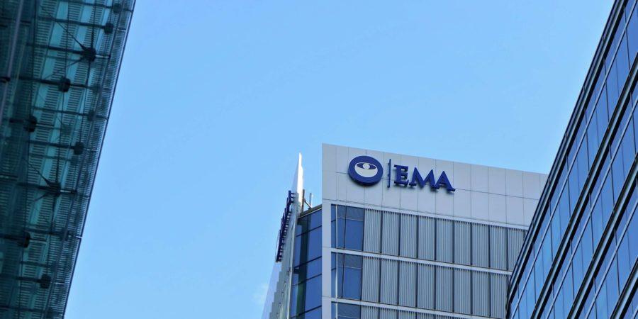 Blaues Logo der Europäischen Arzneimittel-Agentur auf ihrem Hauptsitz in London (wird nach dem Brexit verlegt) Die EMA ist für die Bewertung von Arzneimitteln in der EU zuständig