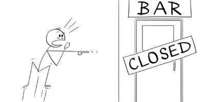 Vektor-Cartoon-Illustration des schockierten Mannes, der gerade herausgefunden hat, dass seine Bar oder Kneipe geschlossen ist. Konzept der Alkoholsucht.